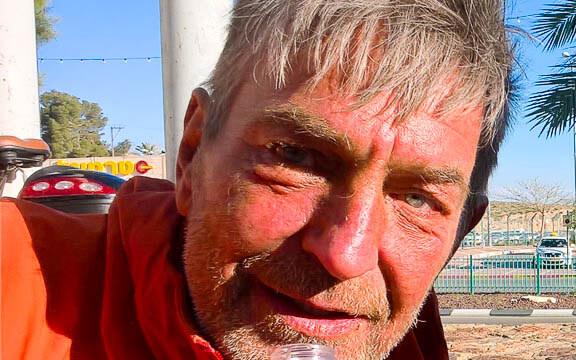 Aron Kamphausen trinkt in Arad nach vierhundert Kilometern seine erste Cola.