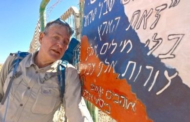 Aron Kamphausen am Start des Israel National Trail in Eilat