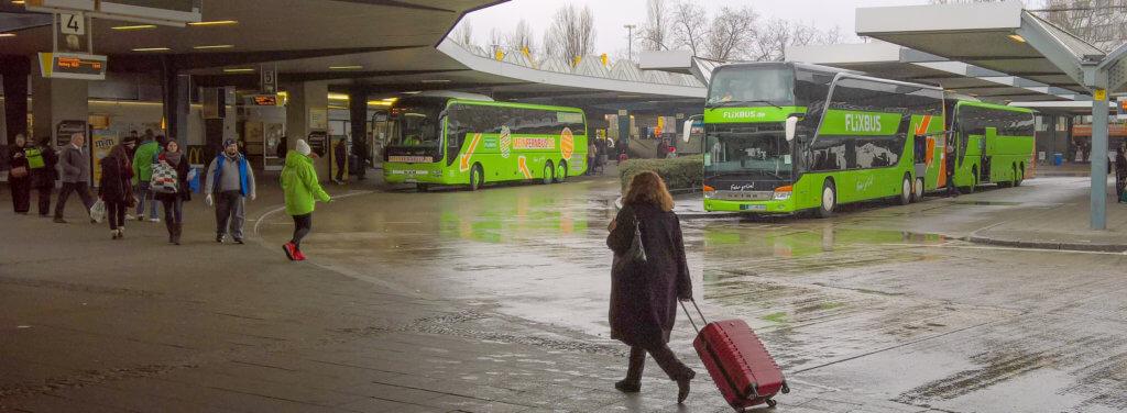 Zentraler Busbahnhof in Berlin. Bei Regenwetter kommen Busse an und Reisende warten auf ihren Boss