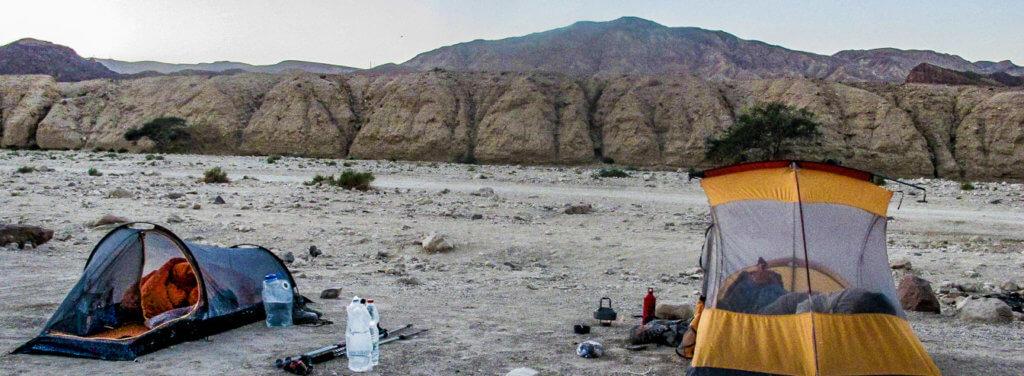 """17:42 Uhr: Night Camp Shehoret Eilat Mountens, Negev, Israel(29°37'15"""" N 34°56'27"""" E) Geschafft! Unsere Zelte stehen. Foto: Bettina Anzenhofer"""