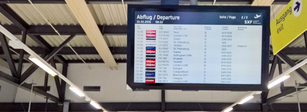 Anzeigetafel für die Abflüge in Berlin Schönefeld