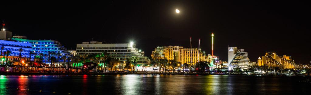 Die Küstenlinie des heutigen Elat (Nordstrand) bei Nacht