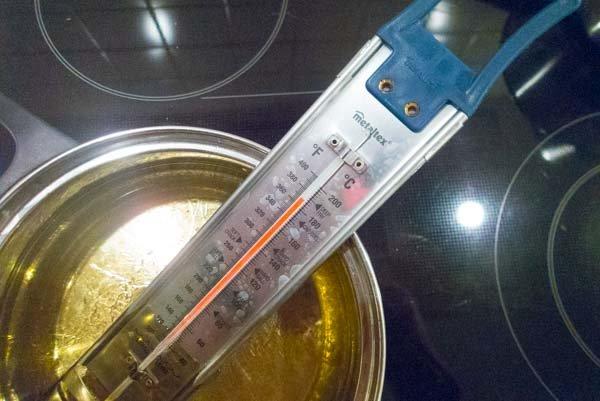 Erhitze das Öl auf 180 Grad