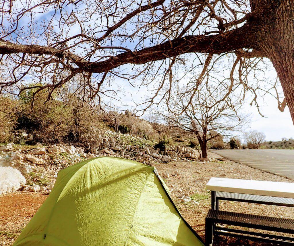 Nightcamp am Har Hermon: Zelt und Baum auf Parkplatz